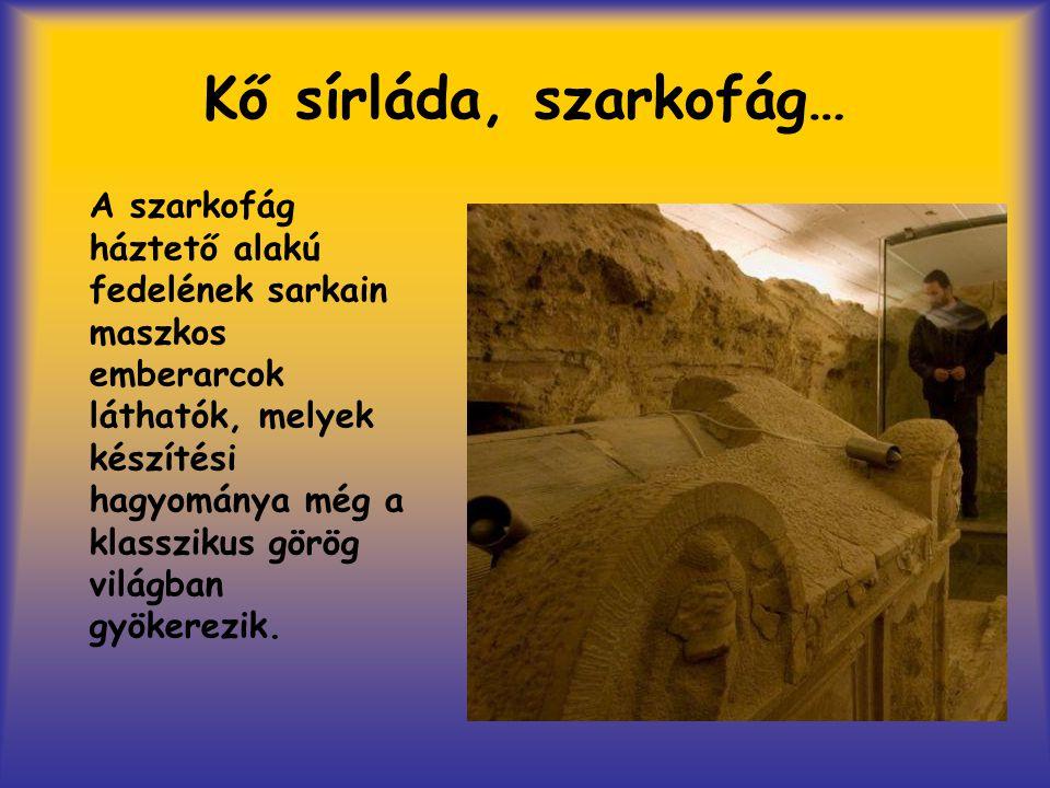 Kő sírláda, szarkofág… A szarkofág háztető alakú fedelének sarkain maszkos emberarcok láthatók, melyek készítési hagyománya még a klasszikus görög vil