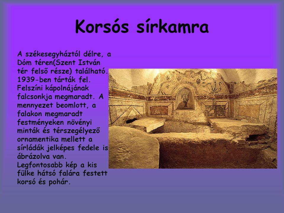 Korsós sírkamra A székesegyháztól délre, a Dóm téren(Szent István tér felső része) található. 1939-ben tárták fel. Felszíni kápolnájának falcsonkja me