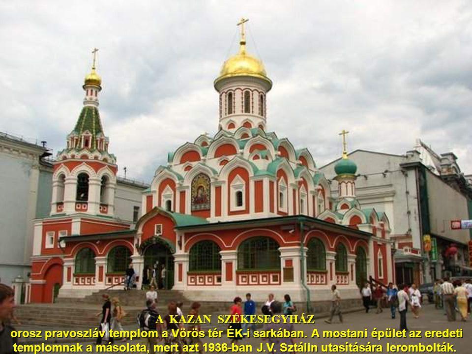 Moszkva - V. I. Lenin Mauzóleum A Lenin Mauzóleumot – a Szovjetunió első kommunista vezérének Vlagyimír Iljicsnek emlékére emelték a Kreml falánál. Le
