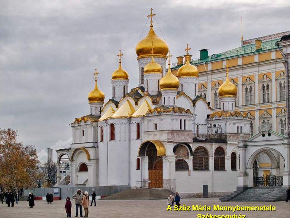 A KAZAN SZÉKESEGYHÁZ orosz pravoszláv templom a Vörös tér ÉK-i sarkában. A mostani épület az eredeti templomnak a másolata, mert azt 1936-ban J.V. Szt