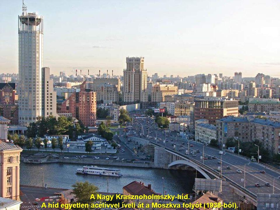A Nagy Krasznoholmszky-híd. A híd egyetlen acélívvel íveli át a Moszkva folyót (1938-ból).