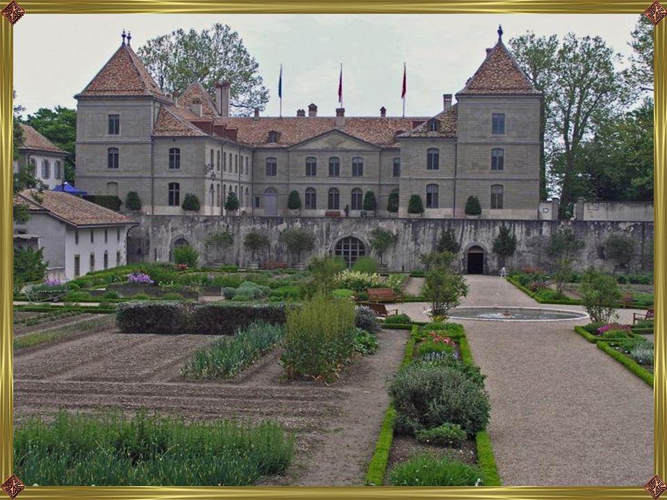 A veteményeskert a kastély felől nézve, háttérben a kápolna.