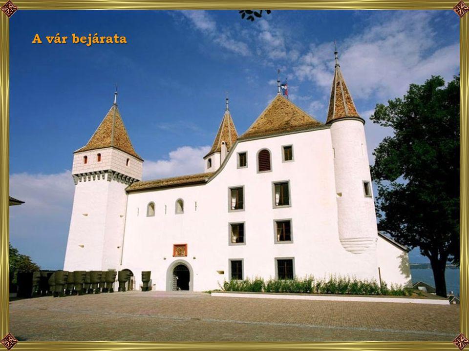 A házak fölé emelkedik a vár