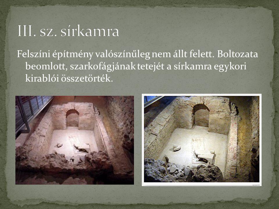 Felszíni építmény valószínűleg nem állt felett. Boltozata beomlott, szarkofágjának tetejét a sírkamra egykori kirablói összetörték.