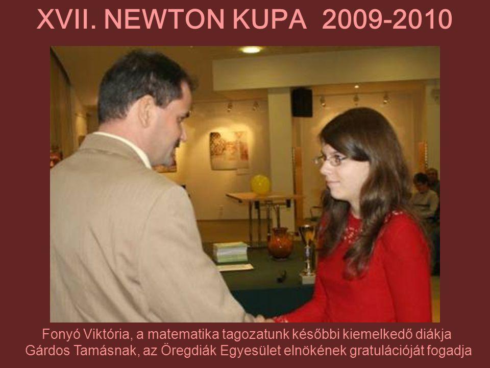 Fonyó Viktória, a matematika tagozatunk későbbi kiemelkedő diákja Gárdos Tamásnak, az Öregdiák Egyesület elnökének gratulációját fogadja XVII. NEWTON