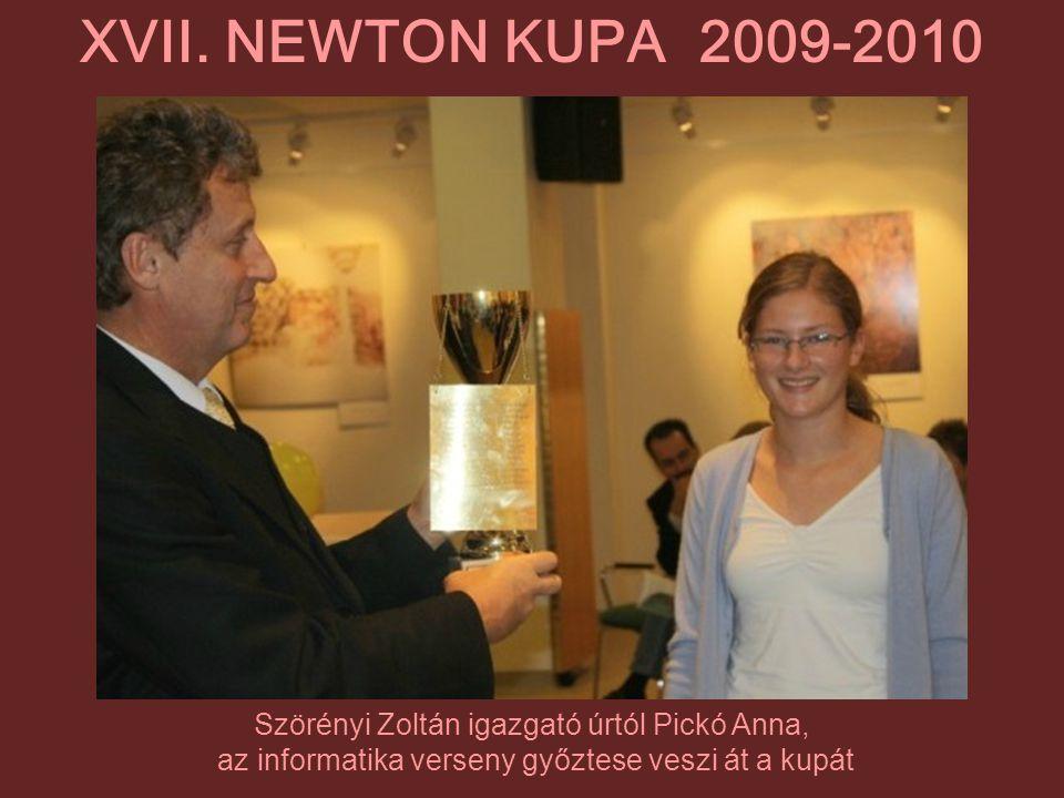 Szörényi Zoltán igazgató úrtól Pickó Anna, az informatika verseny győztese veszi át a kupát XVII. NEWTON KUPA 2009-2010
