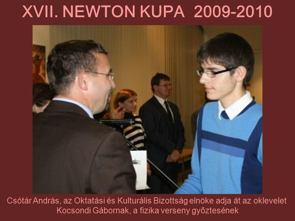 Csótár András, az Oktatási és Kulturális Bizottság elnöke adja át az oklevelet Kocsondi Gábornak, a fizika verseny győztesének XVII. NEWTON KUPA 2009-
