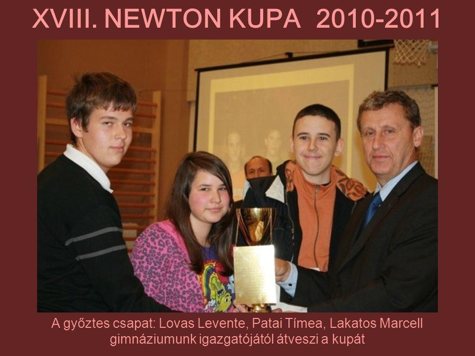A győztes csapat: Lovas Levente, Patai Tímea, Lakatos Marcell gimnáziumunk igazgatójától átveszi a kupát XVIII. NEWTON KUPA 2010-2011
