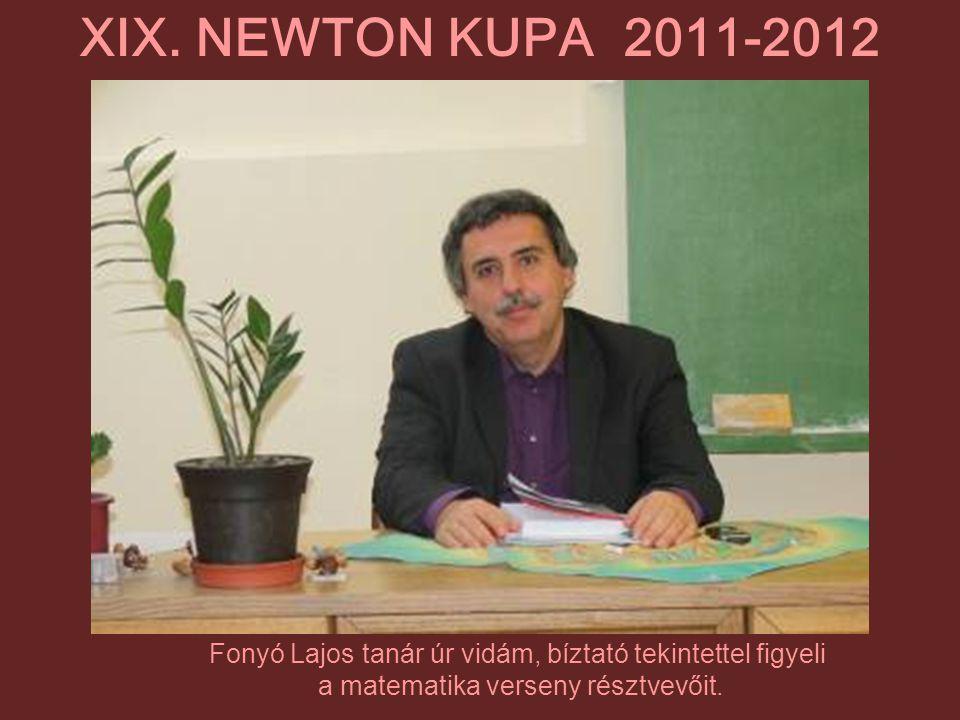 Fonyó Lajos tanár úr vidám, bíztató tekintettel figyeli a matematika verseny résztvevőit. XIX. NEWTON KUPA 2011-2012