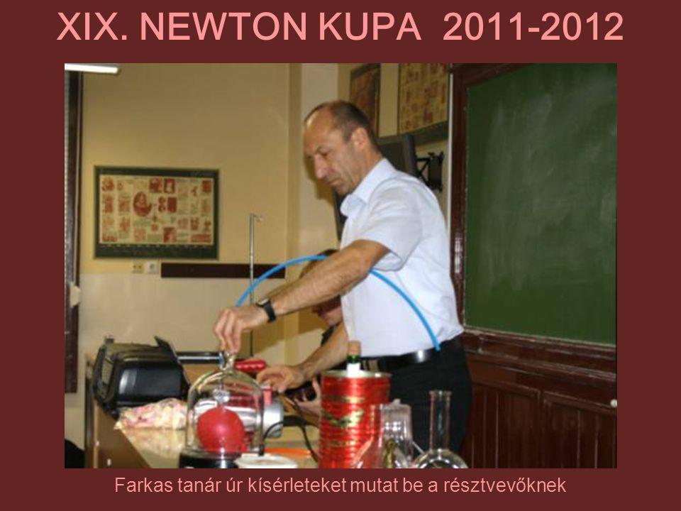 Farkas tanár úr kísérleteket mutat be a résztvevőknek XIX. NEWTON KUPA 2011-2012