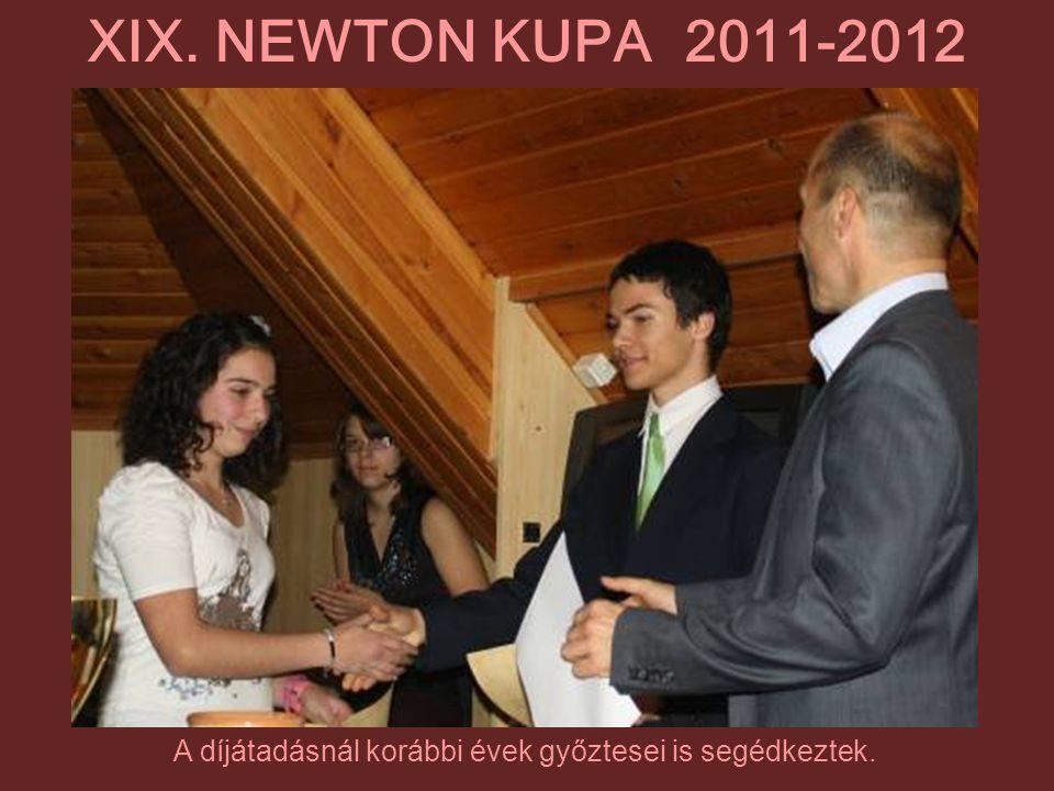 A díjátadásnál korábbi évek győztesei is segédkeztek. XIX. NEWTON KUPA 2011-2012