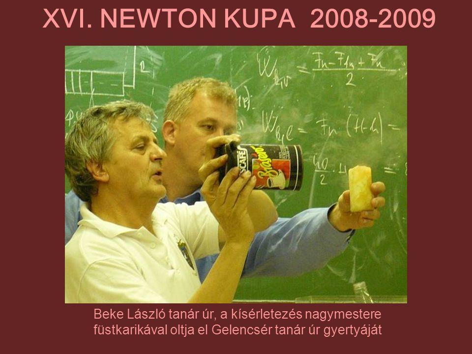Beke László tanár úr, a kísérletezés nagymestere füstkarikával oltja el Gelencsér tanár úr gyertyáját XVI. NEWTON KUPA 2008-2009