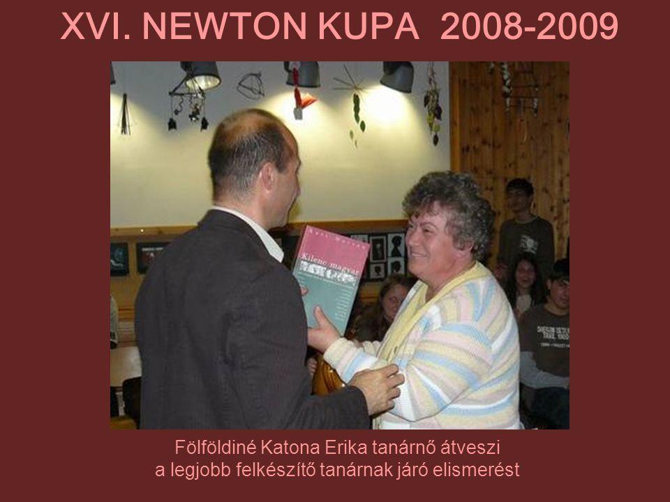 Fölföldiné Katona Erika tanárnő átveszi a legjobb felkészítő tanárnak járó elismerést XVI. NEWTON KUPA 2008-2009