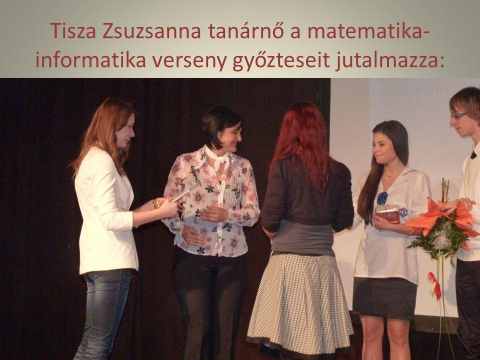 Tisza Zsuzsanna tanárnő a matematika- informatika verseny győzteseit jutalmazza: