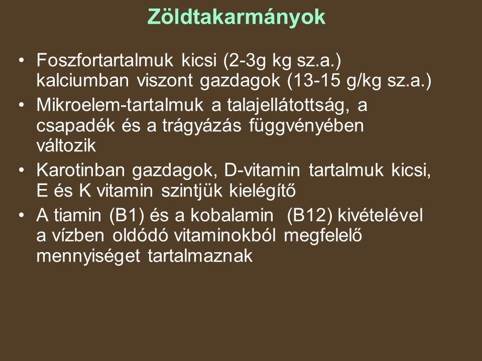 Zöldtakarmányok Foszfortartalmuk kicsi (2-3g kg sz.a.) kalciumban viszont gazdagok (13-15 g/kg sz.a.) Mikroelem-tartalmuk a talajellátottság, a csapadék és a trágyázás függvényében változik Karotinban gazdagok, D-vitamin tartalmuk kicsi, E és K vitamin szintjük kielégítő A tiamin (B1) és a kobalamin (B12) kivételével a vízben oldódó vitaminokból megfelelő mennyiséget tartalmaznak