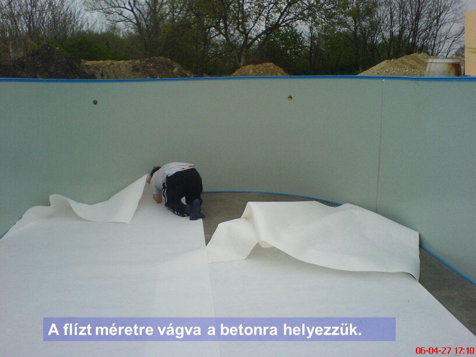 A flízt méretre vágva a betonra helyezzük.