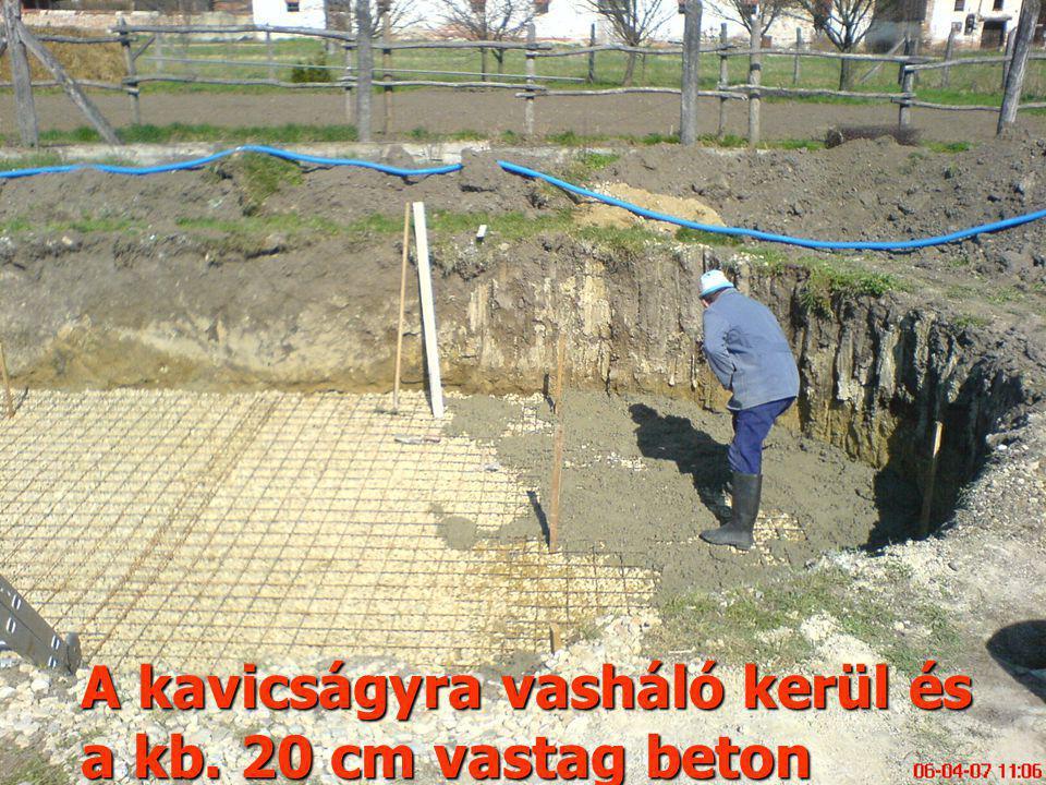 A kavicságyra vasháló kerül és a kb. 20 cm vastag beton