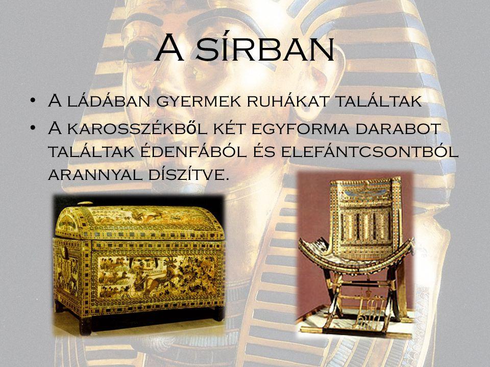 A sírban A ládában gyermek ruhákat találtak A karosszékb ő l két egyforma darabot találtak édenfából és elefántcsontból arannyal díszítve.