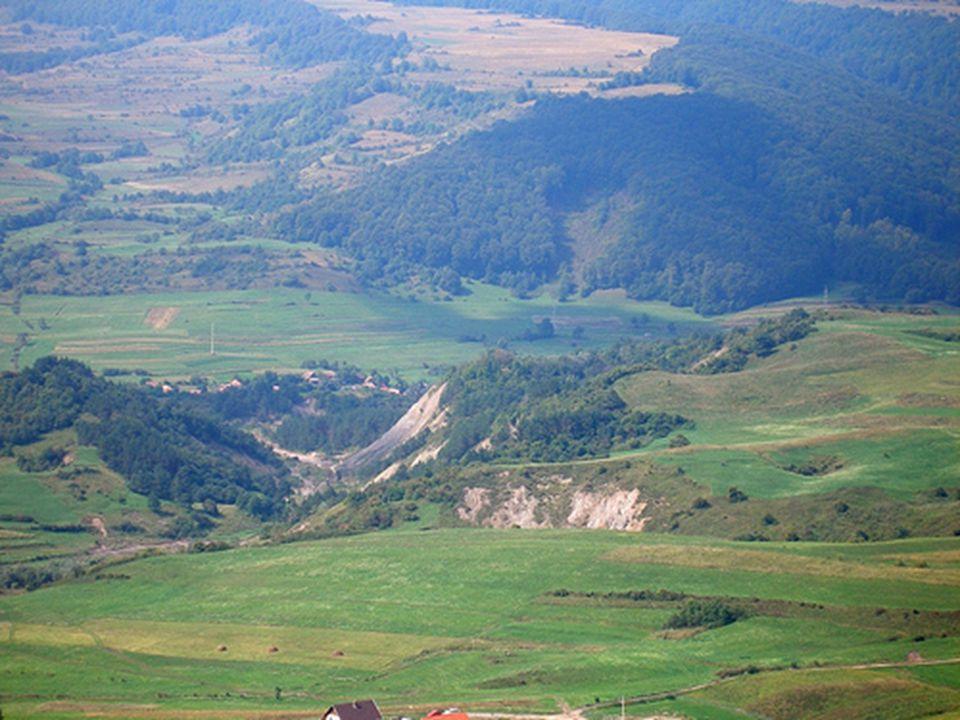 KOROND A falut nyugatról a Firtos-hegy (1063 m) és a Kadácsmező (852 m), északról a Hollókő (858 m) és a Sólyomkő A történelemben 1333-ban említik Korondot.