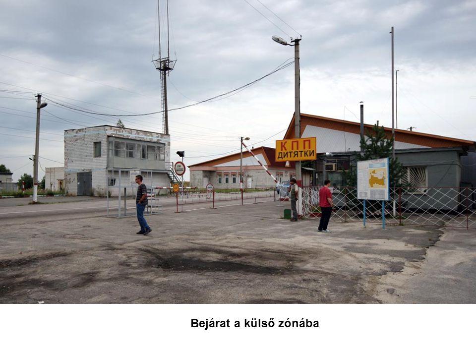 A csernobili atomreaktorhoz vezető út.A kép közepén látható kéményes, masszív épület a 4.