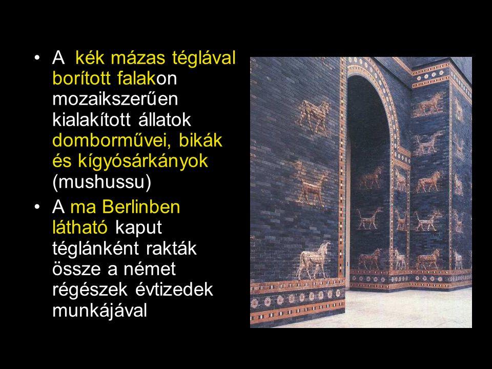 A kék mázas téglával borított falakon mozaikszerűen kialakított állatok domborművei, bikák és kígyósárkányok (mushussu) A ma Berlinben látható kaput t
