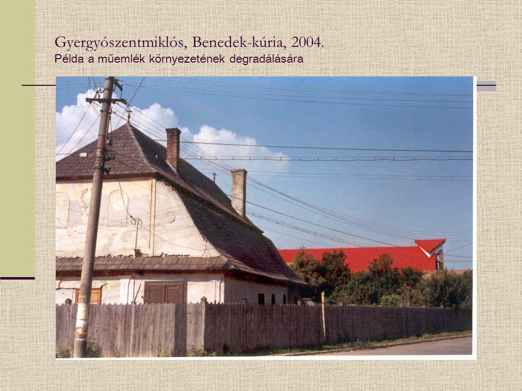 Gyergyószentmiklós, Benedek-kúria, 2004. Példa a műemlék környezetének degradálására