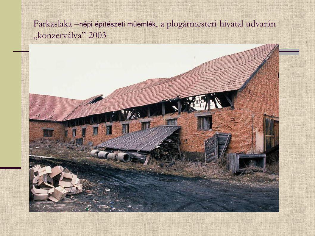 """Farkaslaka – népi építészeti műemlék, a plogármesteri hivatal udvarán """"konzerválva"""" 2003"""