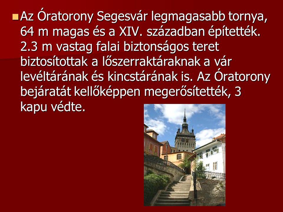 Az Óratorony Segesvár legmagasabb tornya, 64 m magas és a XIV. században építették. 2.3 m vastag falai biztonságos teret biztosítottak a lőszerraktára