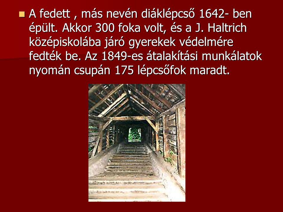 A fedett, más nevén diáklépcső 1642- ben épült. Akkor 300 foka volt, és a J. Haltrich középiskolába járó gyerekek védelmére fedték be. Az 1849-es átal
