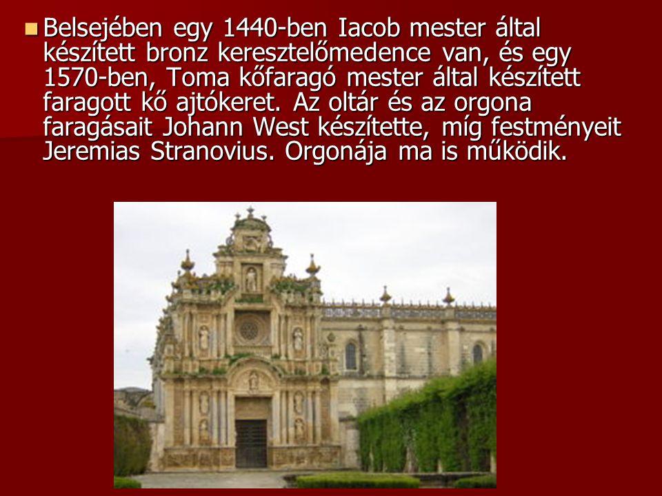 Belsejében egy 1440-ben Iacob mester által készített bronz keresztelőmedence van, és egy 1570-ben, Toma kőfaragó mester által készített faragott kő aj