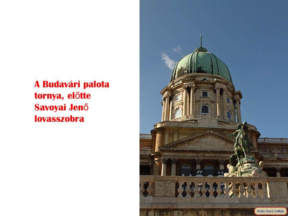 A Budavári palota tornya, el ő tte Savoyai Jen ő lovasszobra