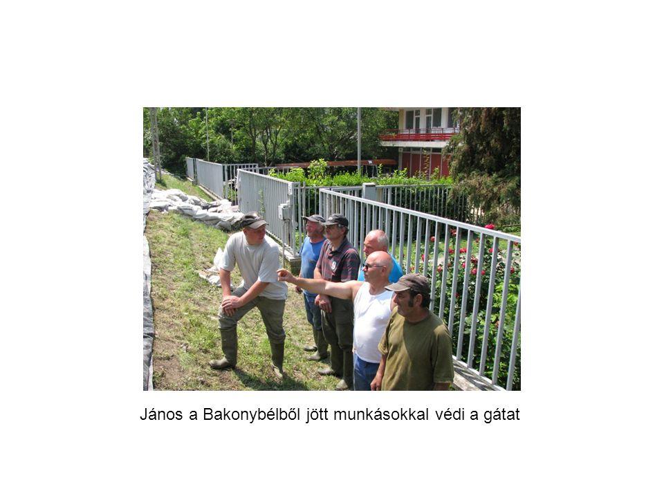 János a Bakonybélből jött munkásokkal védi a gátat
