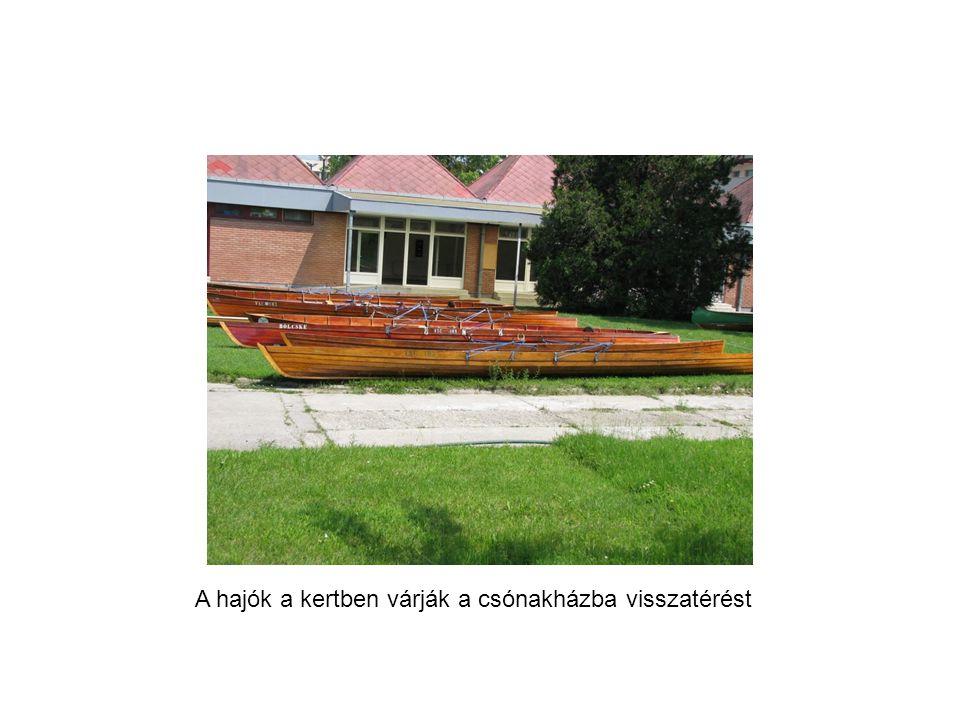 A hajók a kertben várják a csónakházba visszatérést