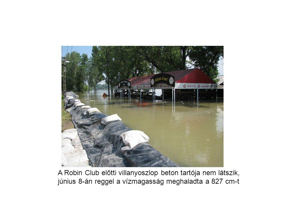 A Robin Club előtti villanyoszlop beton tartója nem látszik, június 8-án reggel a vízmagasság meghaladta a 827 cm-t