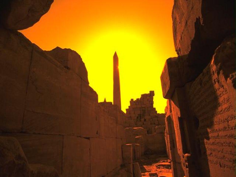 Piramisok A Gízai piramisok a leghíresebbek. A piramisok a fáraók sírhelyei voltak. Kr.e. a 26. században épültek. Milyen idősek hát? (Napóleon: Katon
