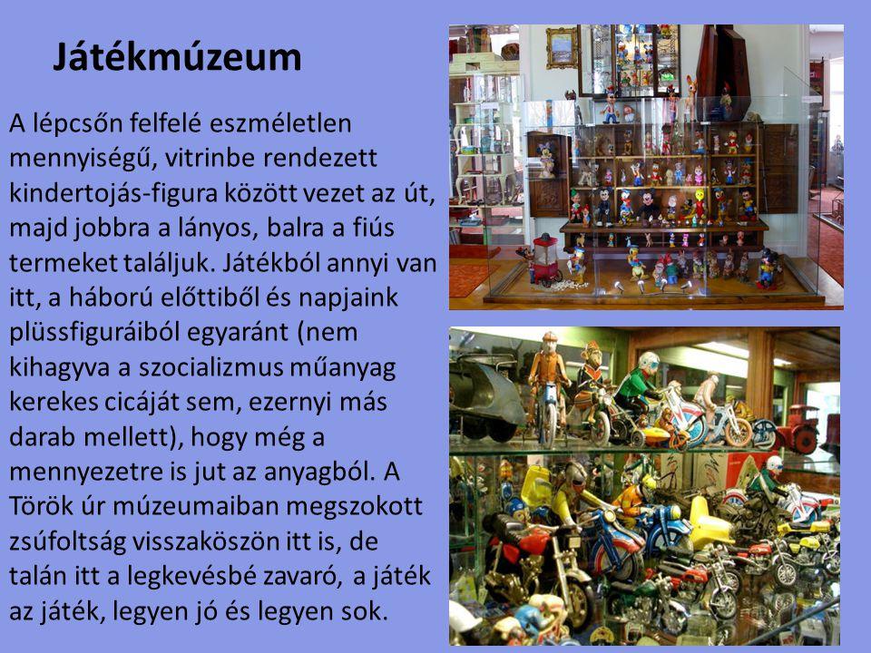 Babamúzeum A három szintes kiállítótérben a temérdek népviseletes baba mellett fából faragott Nagy-Magyarország is akad a falon, megannyi népi holmi társaságában.