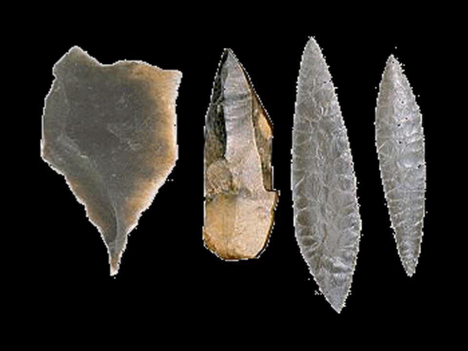 c/ Cromlech, kromlech (kelta) Durván megmunkált, földből kiemelkedő, rendkívül nagy kövek együttese, szabályosan, egy középső magasabb kő körül elrendezve Az egymás melletti kövekre esetleg vízszintes helyzetűek kerülhetnek