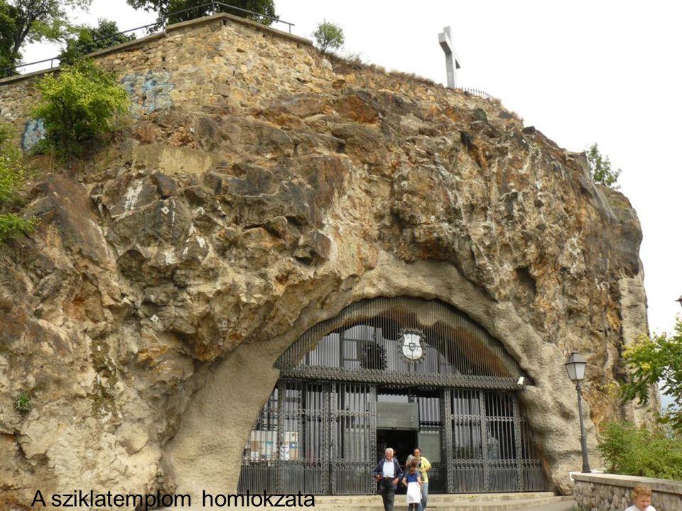 A sziklatemplom homlokzata