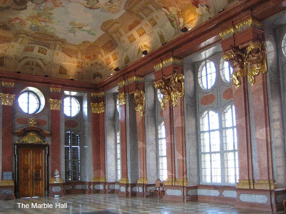 A márványtermet Paull Troger festményei díszítik. The paintings in the Marble Hall was done by Paul Troger
