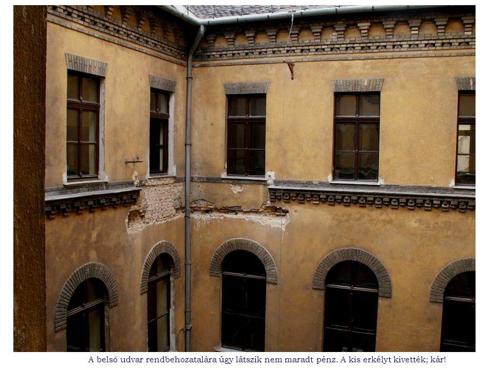 A belső udvar rendbehozatalára úgy látszik nem maradt pénz. A kis erkélyt kivették; kár!