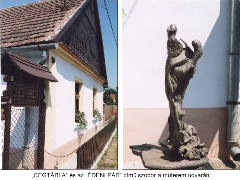"""""""CÉGTÁBLA"""" és az """"ÉDENI PÁR"""" című szobor a műterem udvarán"""