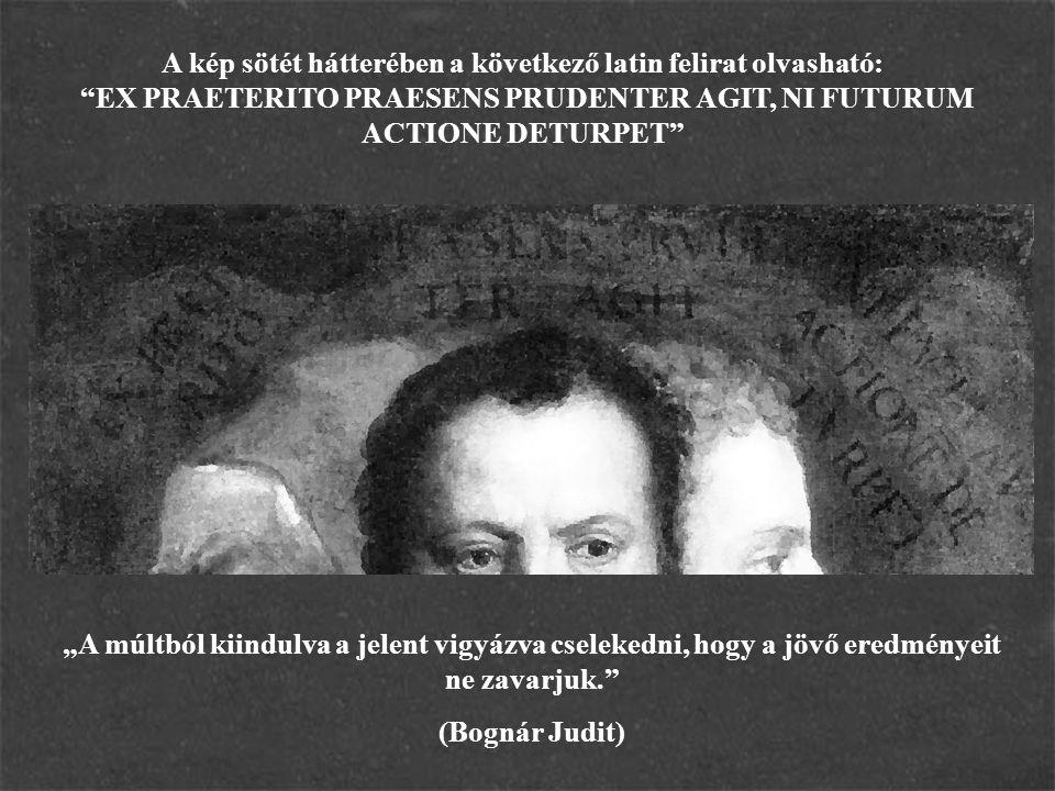 """A kép sötét hátterében a következő latin felirat olvasható: """"EX PRAETERITO PRAESENS PRUDENTER AGIT, NI FUTURUM ACTIONE DETURPET"""" """"A múltból kiindulva"""