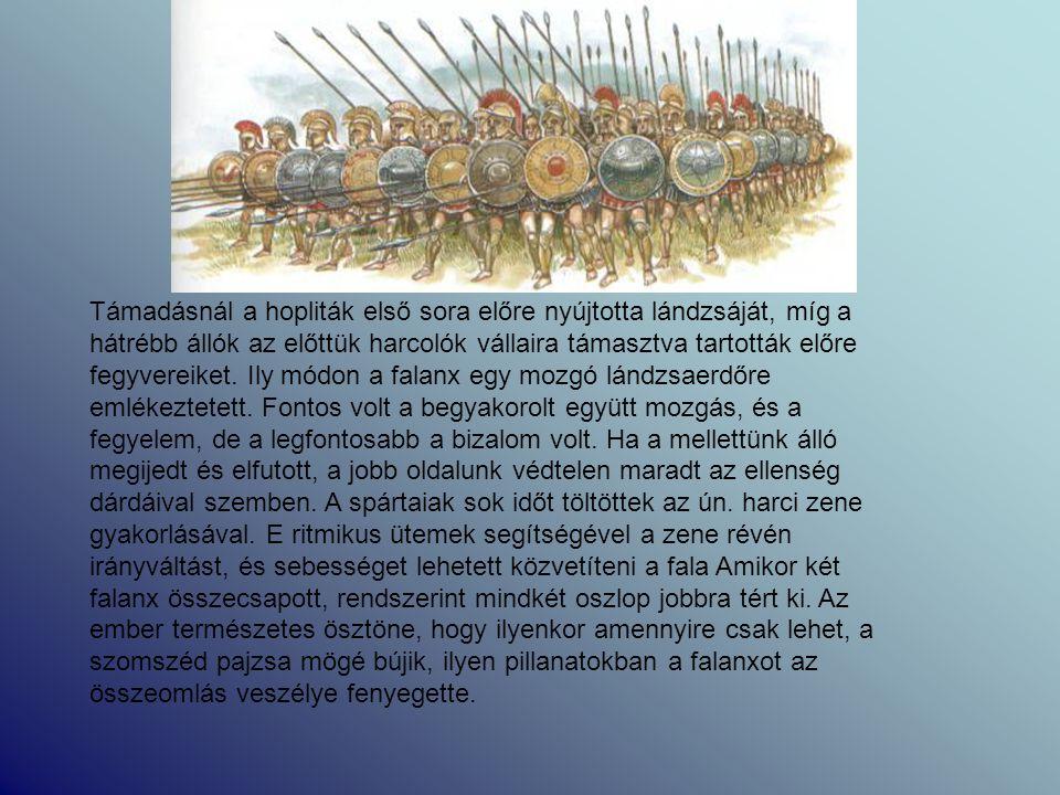 Támadásnál a hopliták első sora előre nyújtotta lándzsáját, míg a hátrébb állók az előttük harcolók vállaira támasztva tartották előre fegyvereiket. I