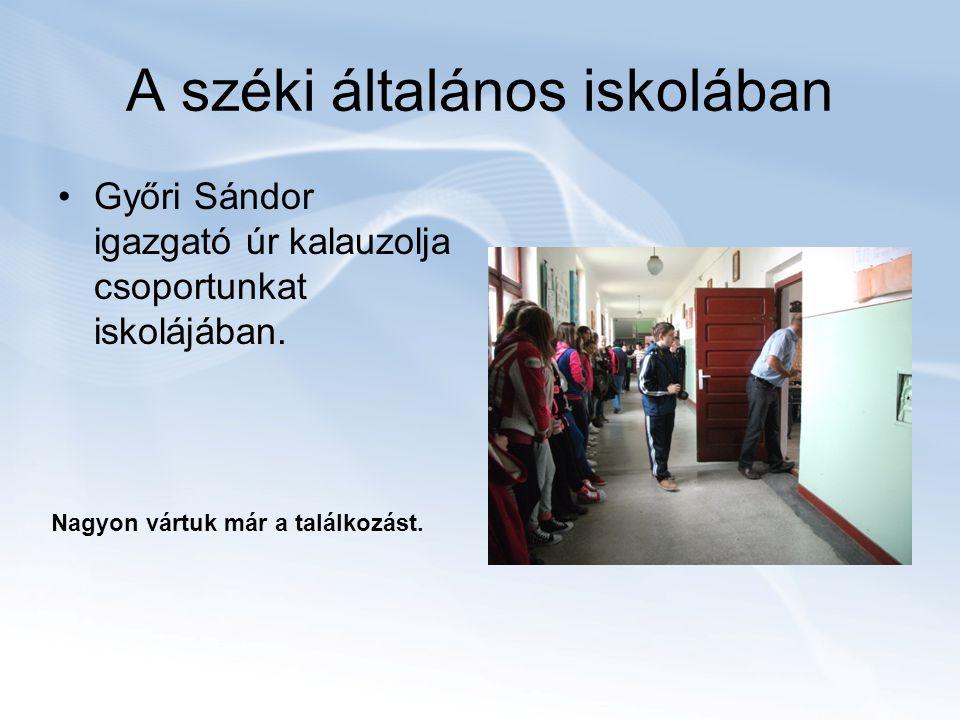 A széki általános iskolában Győri Sándor igazgató úr kalauzolja csoportunkat iskolájában.