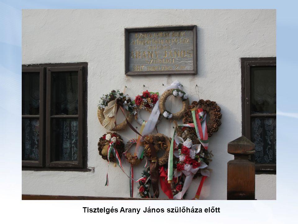 Tisztelgés Arany János szülőháza előtt