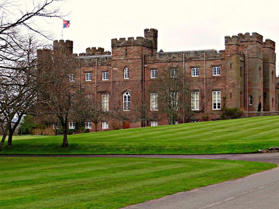 Különleges látvány a skót felföldi marha, a szarvasmarha egyik ősi típusú fajtája. Skót neve Kyloe. A kastélyok általában magántulajdonban vannak. A l