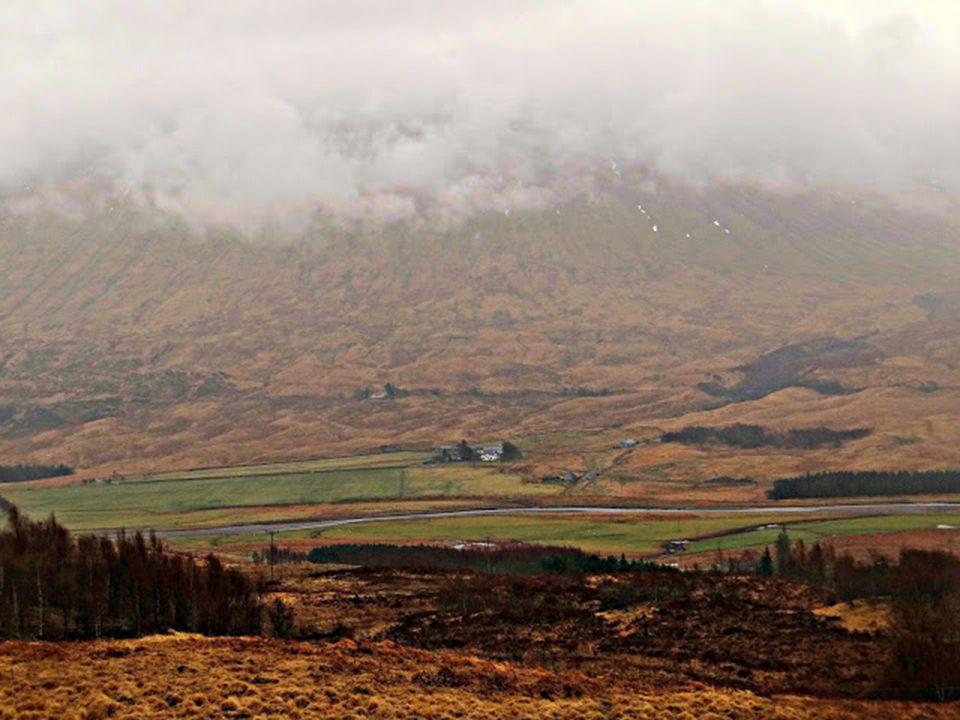 Egy korty füstös whisky, a komor várkastélyok éppúgy hozzátartoznak Skóciához, mint a kristálytiszta levegő. Mindez párosul egyfajta misztikummal és a