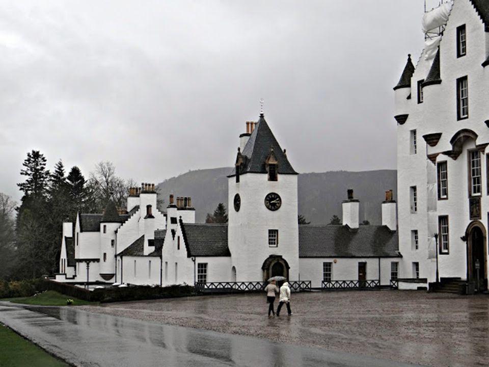 A többször el-, illetve visszafoglalt kastély stratégiai elhelyezkedése miatt évszázadokon át rendkívül fontos szerepet játszott a skót történelemben.