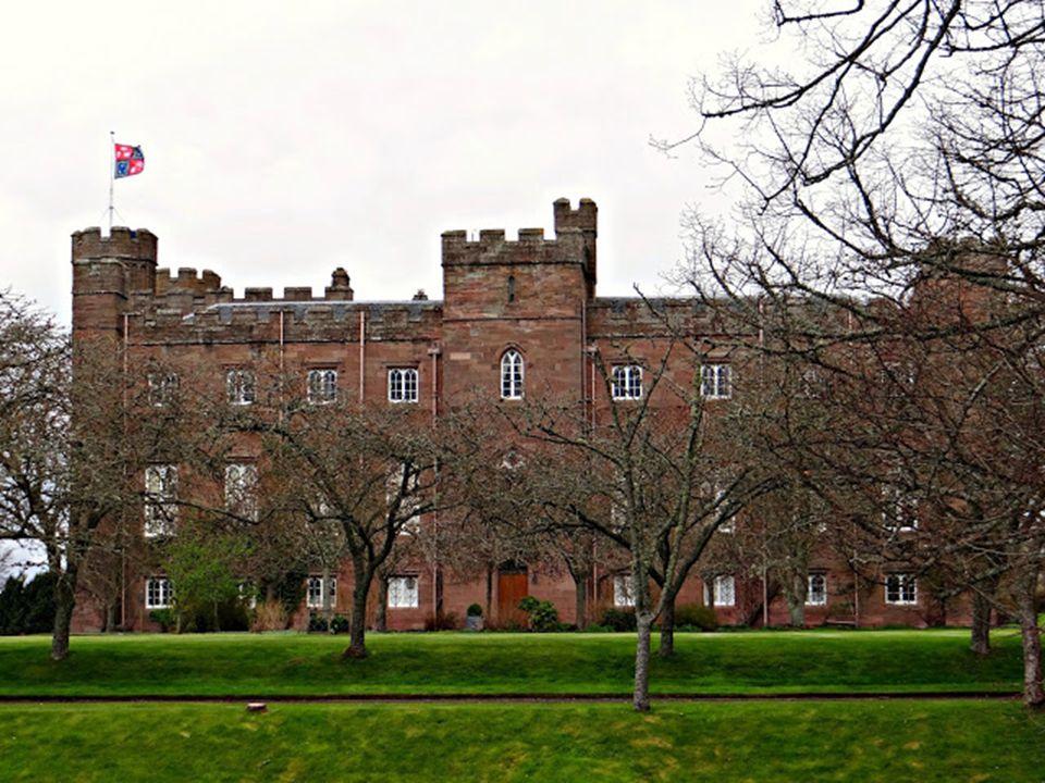 A története a következő: a kastély egykori tulajdonosának családtagjaként titkos viszonya volt az egyik inassal. A rangbeli különbségek miatt, a lány