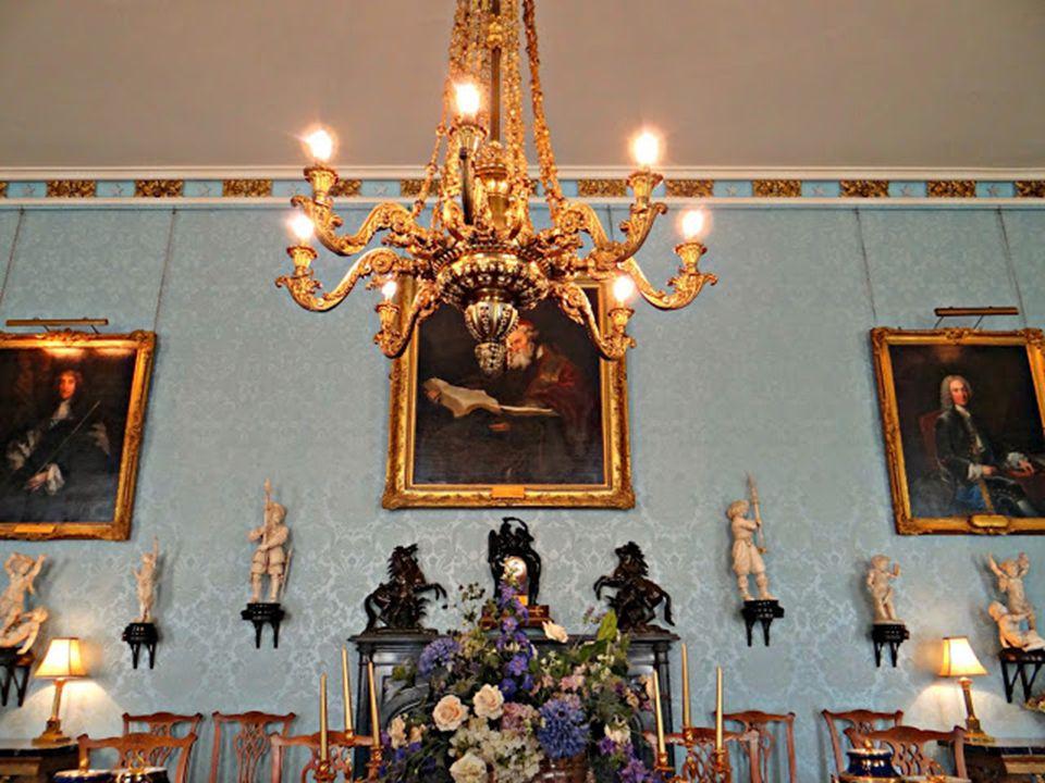 A korabeli eleganciát tükröző, fényűzően berendezett kastélyban kontinens egyik legértékesebb elefántcsont-gyűjteménye tárul elénk. A szalonban a Sir